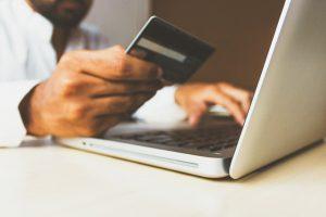 Las plataformas de comercio electrónico mantienen abastecidos los hogares minimizando el contacto entre personas